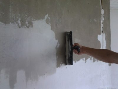 Нанесение-цементной-шпаклевки-на-бетон